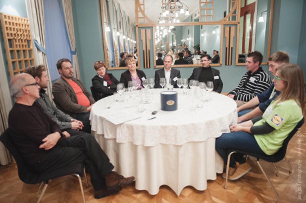 Pa jih imamo – Lidlove mlade vinarje 2014! Ekipa »Nadvojvoda«, ki jo sestavljajo študenti Urška Bračko, Miha Kren, Laura Lepej in Urška Polanec, je postala letošnja zmagovalka natečaja Lidlov mladi vinar. Razglasitev je potekala na otvoritvi že 17. Slovenskega festivala vin.