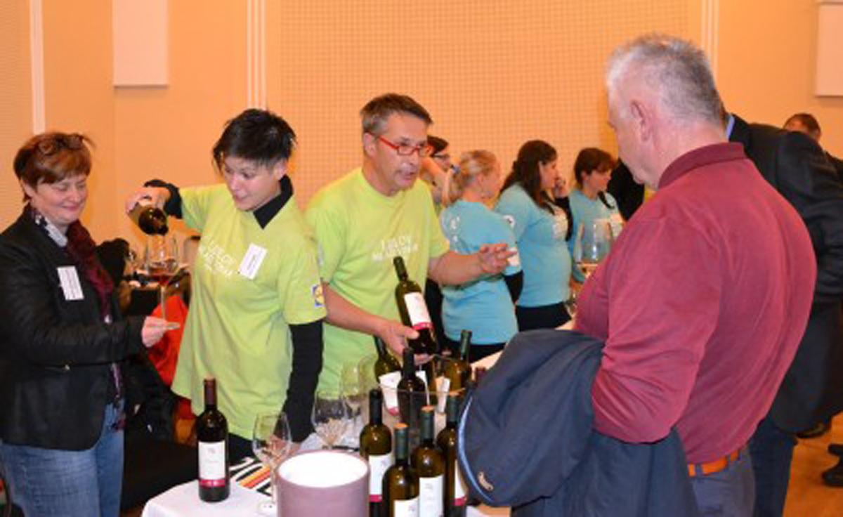 Na 17. Slovenskem festivalu vin se mladi vinarji predstavljajo s svojo stojnico.