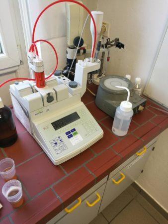 Merjenje pH vrednosti in vrednosti, za izračun skupnih (titrabilnih) kislin v moštu s pomočjo pH metra s kombinirano stekleno elektrodo