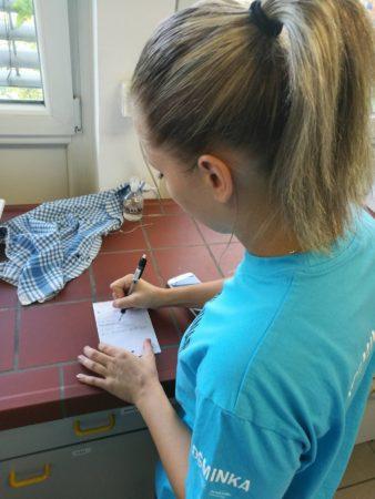 Helena računa vsebnost skupnih (titrabilnih) kislin v moštu