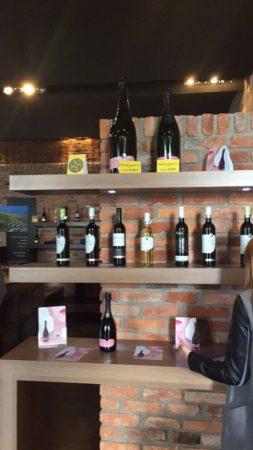 Različne sorte vin in penin na prodajni polici.
