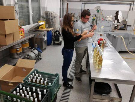 Sara in Žan sta pridno začela polniti steklenice :)