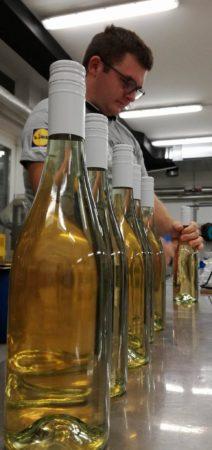 Napolnjene steklenice pa Žan pridno opremlja z zamaški :)